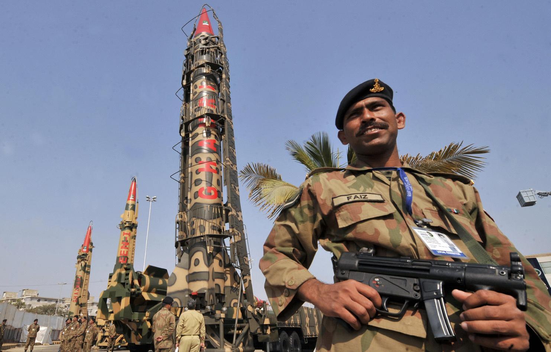 Этнический_пакистанец_на_фоне_пакистанского_ядерного_оружия